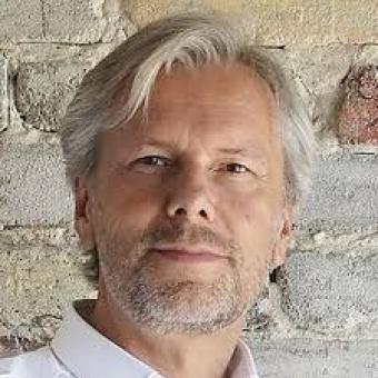 "Dr. Peter Kuczia<br /> <span><p class=""posts-carousel-description"">(architect, founder of Kuczia Architects, initiator of the 'Design that Educates Awards')</p></span>"