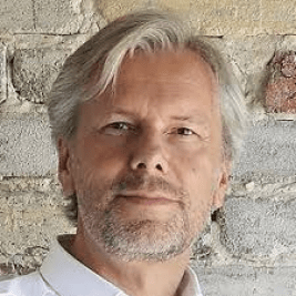 """Dr. Peter Kuczia <br /> <span><p class=""""posts-carousel-description"""">(architect, founder of Kuczia Architects, initiator of the 'Design that Educates Awards')</p></span>"""